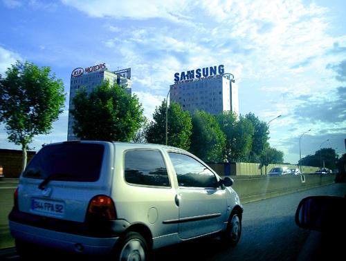 Дорога в международный аэропорт «Шарл-де-Голль», расположенный в 25 км к северо-востоку от Парижа.