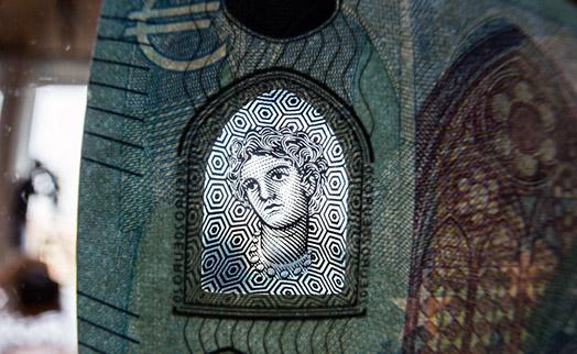 В еврозоне введена в обращение новая банкнота в 20 евро