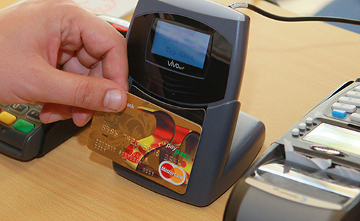 В России отложат срок обязательного внедрения оплаты по картам в магазинах