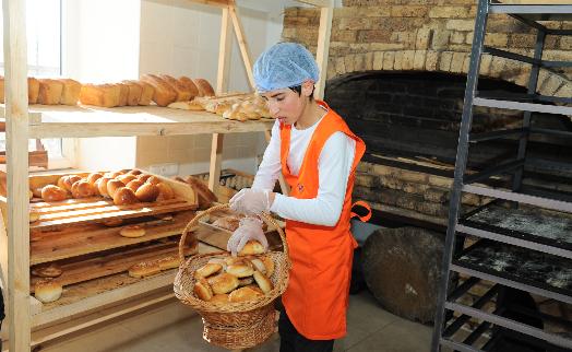 """Благодаря фонду АКБА-КРЕДИТ АГРИКОЛЬ БАНКа в Гюмри создан """"социальный"""" цех по производству хлеба"""
