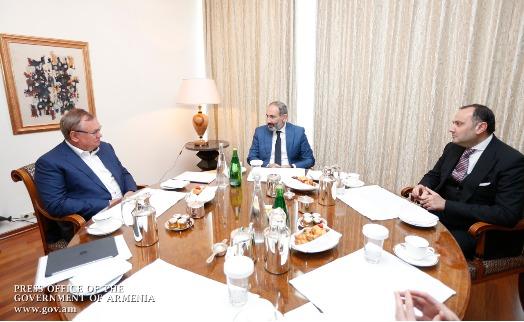 Премьер Армении обсудил с главой Банка ВТБ вопросы расширения деятельности банка в стране