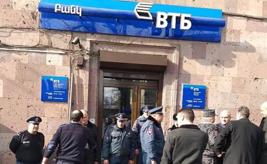 Կացնով զինված մարդը ներխուժել է ՎՏԲ բանկի մասնաճյուղ