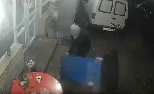 Երևանում 2 երիտասարդներ վճարային տերմինալը տեղահան են արել ու փորձել հափշտակել, բայց բռնվել հենց դեպքի վայրում (ՎԻԴԵՈ)